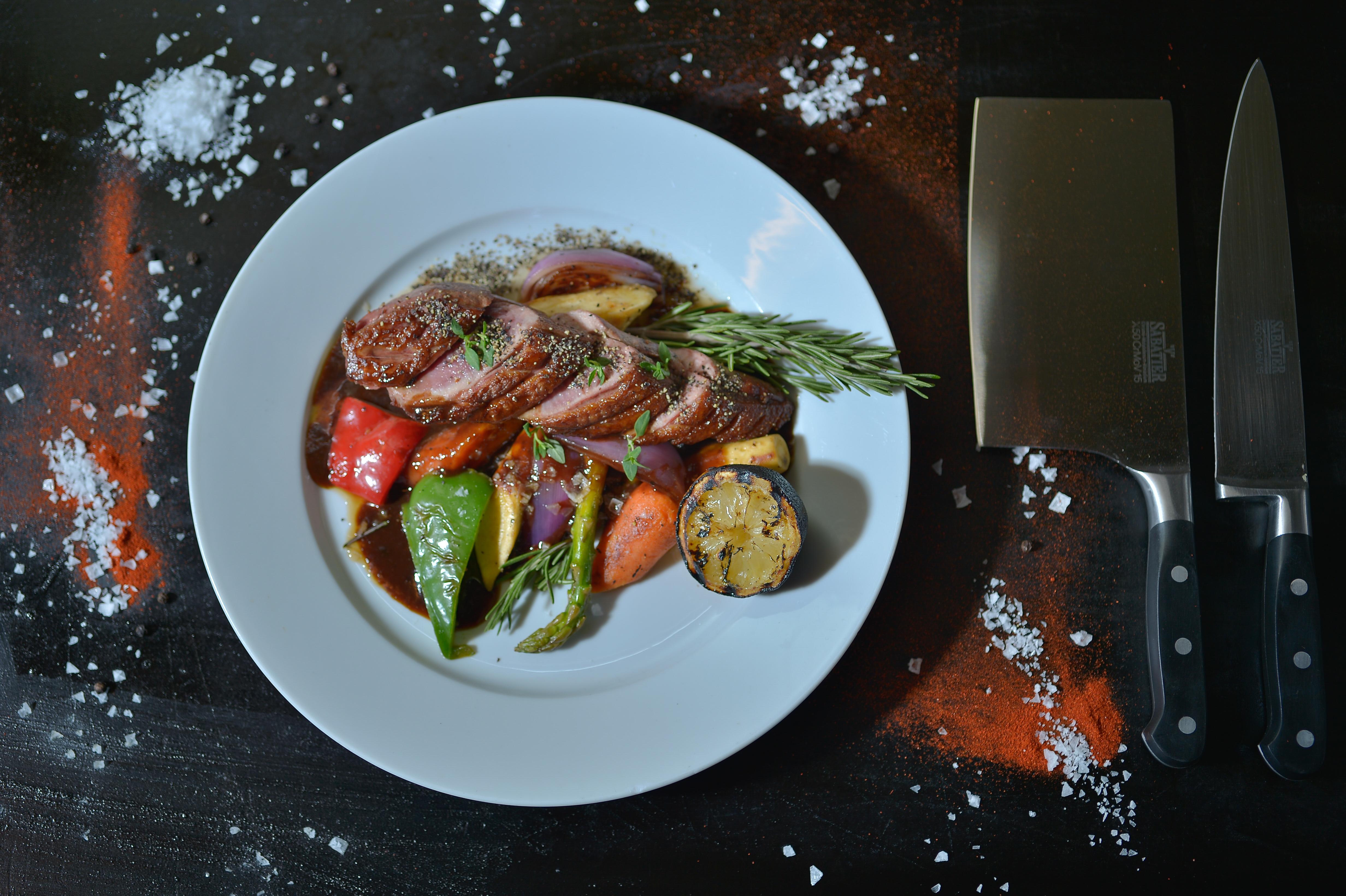 Catering med delicatesser såsom Anka på en bädd av grillade grönsaker • Amigo Hotell & Restaurang, Event & Catering
